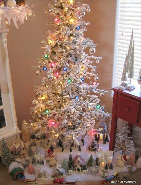 Albero di Natale bianco con lucine di vari colori