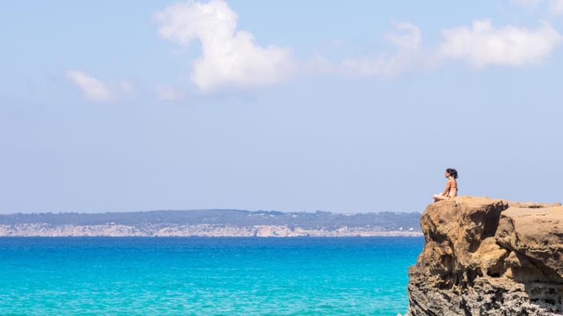 Donna in spiaggia a Formentera
