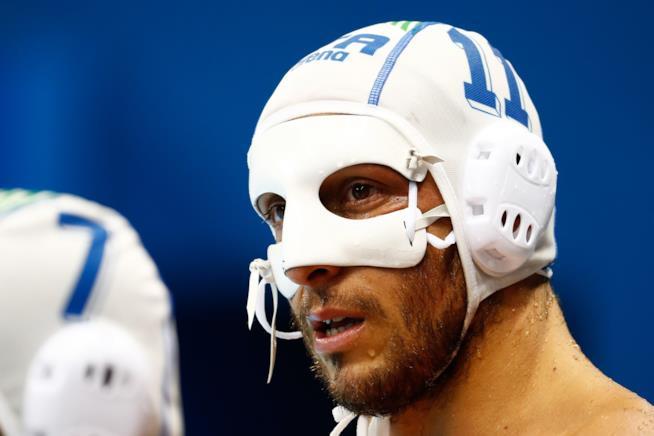 Il pallanuotista italiano Matteo Aicardi coperto da una maschera per la rottura del setto nasale