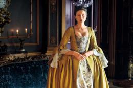 Caitriona Balfe in un abito da nobildonna francese