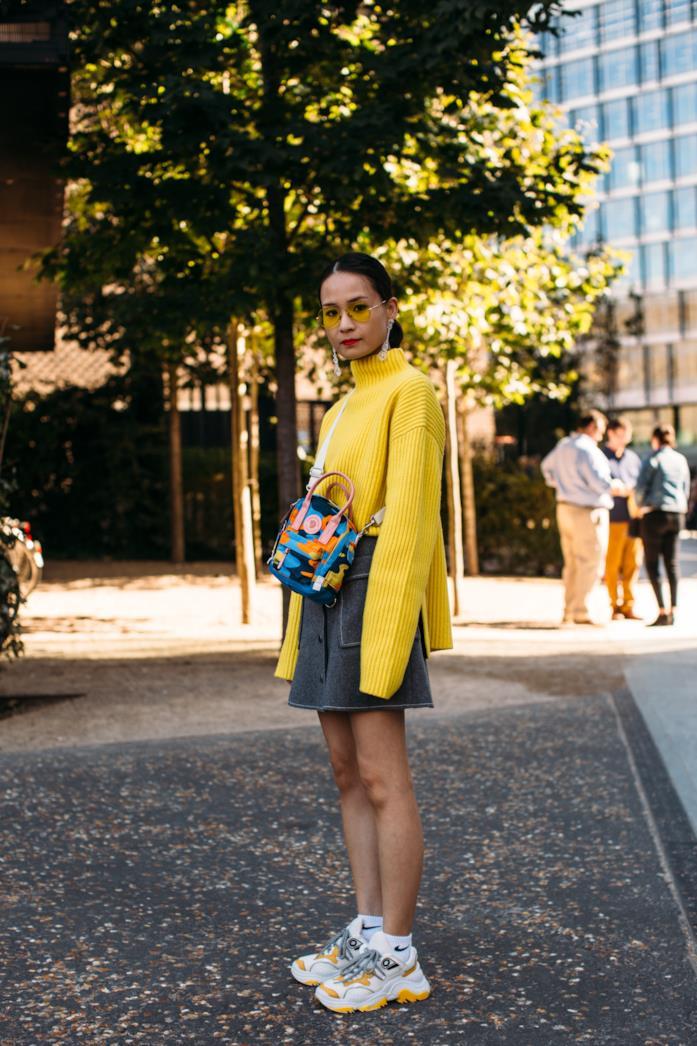 Outfit casual chic con gonna e pullover giallo