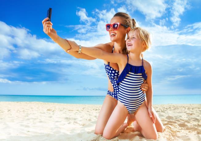 Mamma e bambina in spiaggia