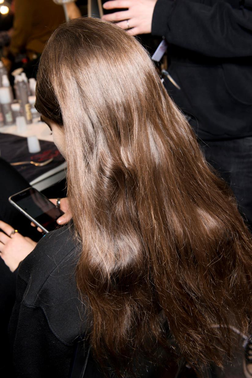 Ragazza con capelli lunghi castani