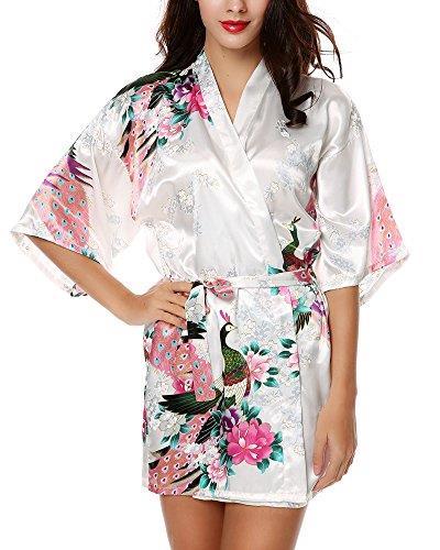 Modella indossa vestaglia kimono bianca a fiori