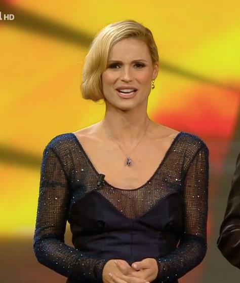 Il finto caschetto di Michelle Hunziker a Sanremo 2018