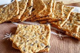 Biscotti piatti con semi