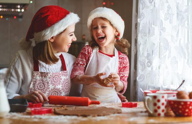 Madre e figlia che cucinano
