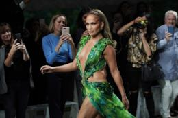 Jennifer Lopez chiude la sfilata Versace
