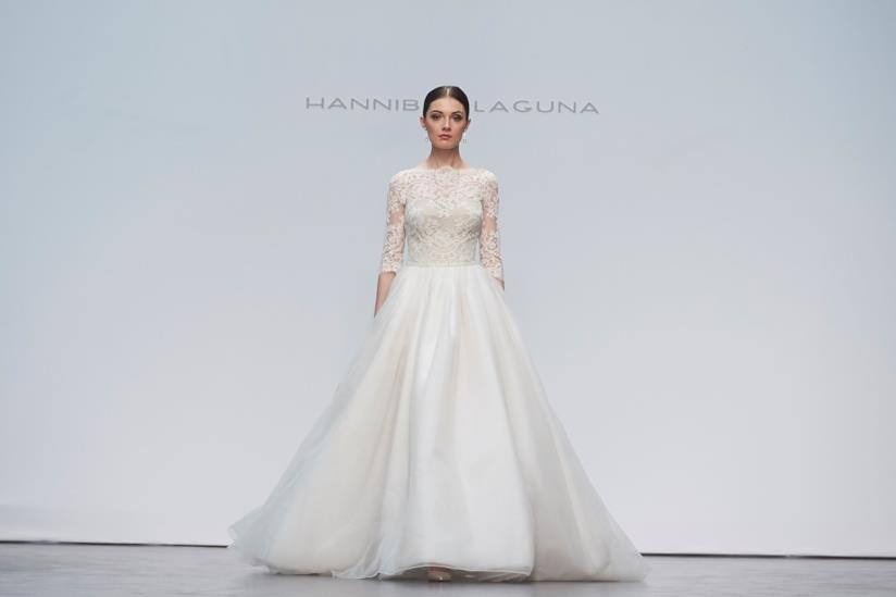 Ragazza che fa una sfilata con abito da sposa