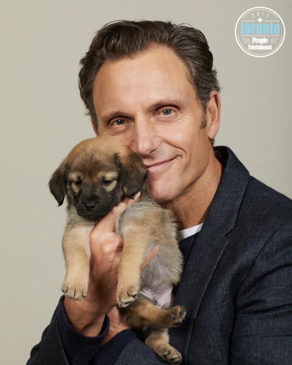 Tony Goldwyn tiene in braccio un cucciolo