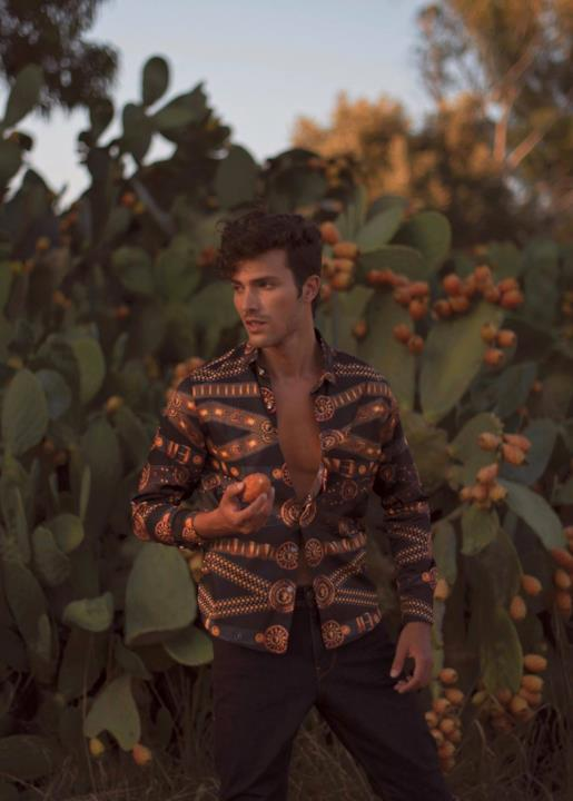 Gian Maria Sainato tra piante di cactus