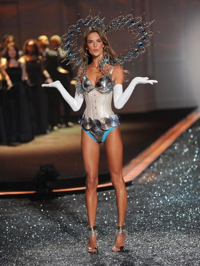 Alessandra Ambrosio durante una delle sfilate di Victoria's Secret