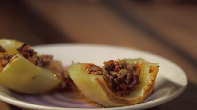Patate ripiene aperte, nel piatto