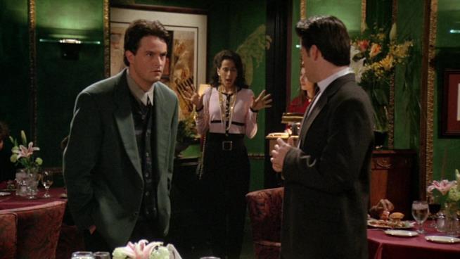 Chandler sconvolto sente la voce di Janice mentre Joy la osserva