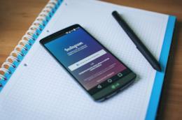 Instagram con lo sfondo di un notebook