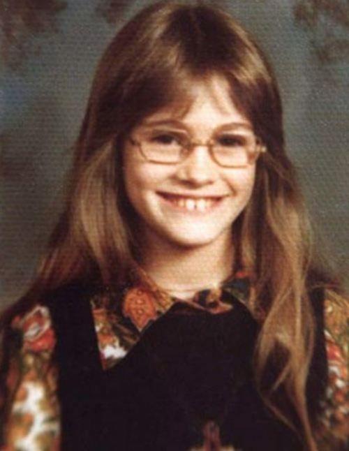 Un'immagine di Julia Roberts a dieci anni, con gli occhiali da vista