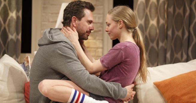 Amanda Seyfried ed il marito in una scena di The Way We Get By