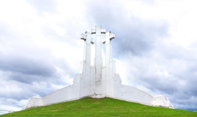 Un luogo di dedizione e ricordo: la Collina delle Tre Croci