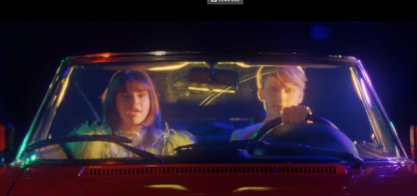 Selena e il ragazzo biondo in auto in Back To You