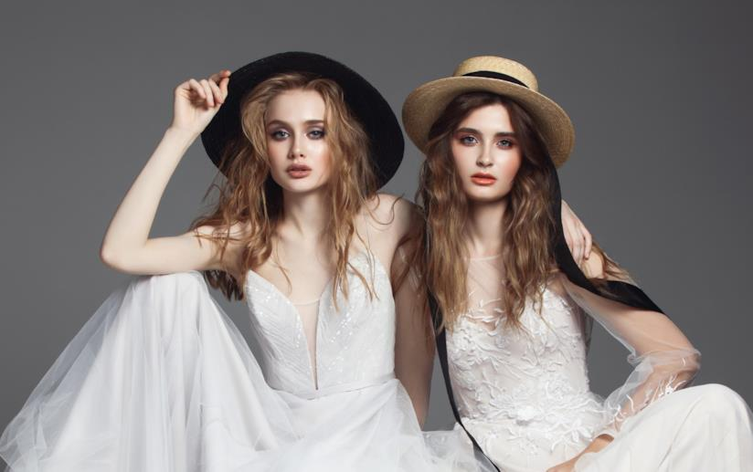 Due spose con due cappelli