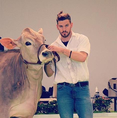 Riccardo Ciappesoni con una mucca
