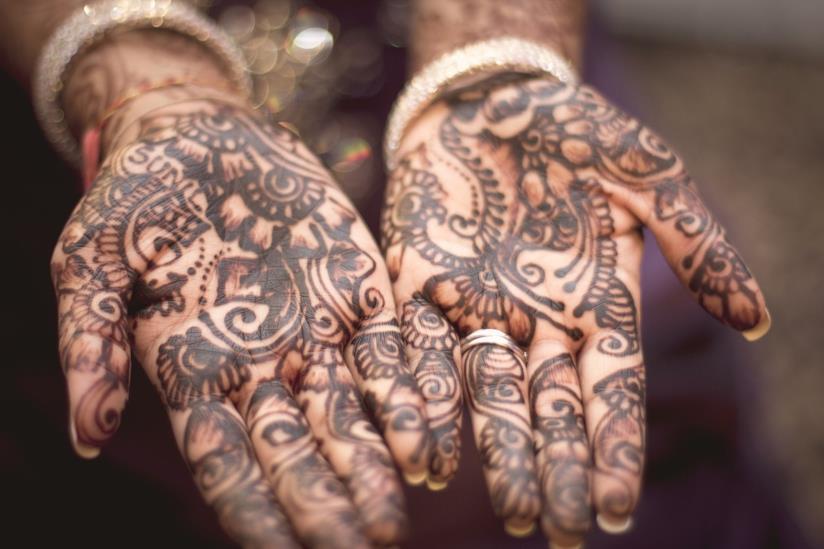 Tatuaggio con l'henné sulle mani