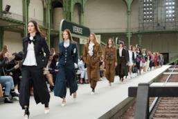 Sfilata CHANEL Collezione Donna Primavera Estate 2020 Parigi - CHANEL Resort PO RS20 0084