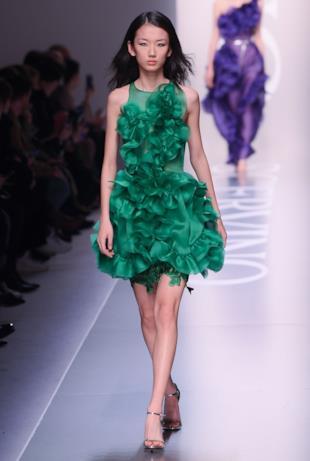 Il vestito corto in verde di Ermanno Scervino