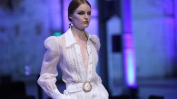 La modella sfila vestita di bianco per Zimmermann