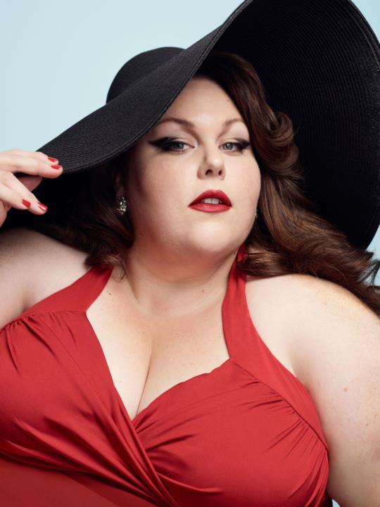 Chrissy Metz in versione pin-up per un servizio fotografico per Harper's Bazaar