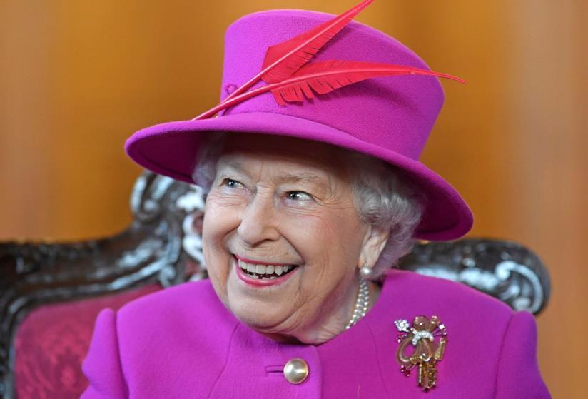 La Regina Elisabetta II in completo rosa