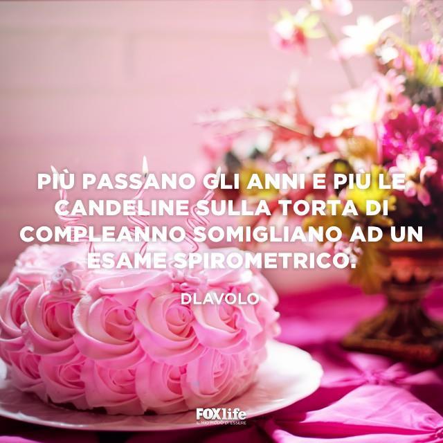 Torta di compleanno rosa con candeline