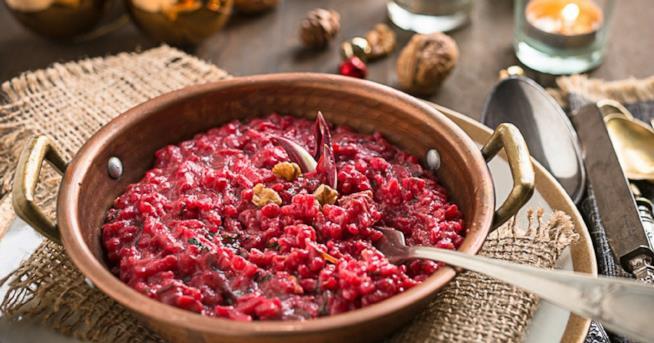 Primo piatto di riso e verdura rossa