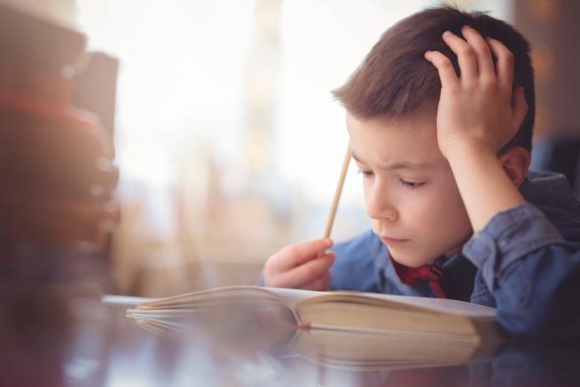 Un bambino fa i compiti