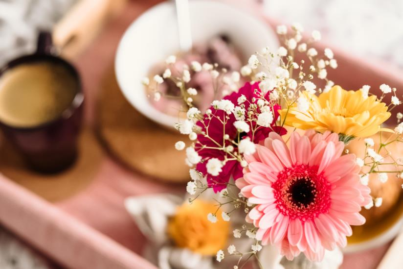 Vassoio della colazione con i fiori