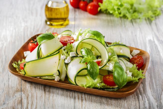 Piatto con verdura cruda e formaggio