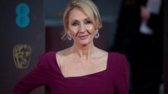 J. K. Rowling in posa