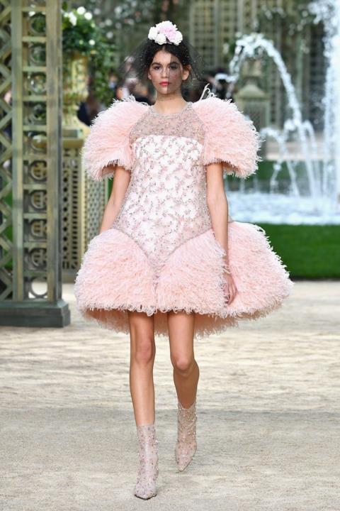 Kaia Gerber sfila per Chanel Haute Couture