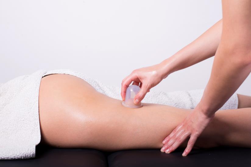 Massaggio gambe anticellulite con coppetta