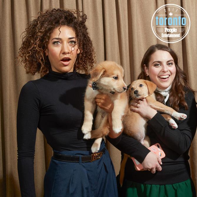 Marielle Scott e Beanie Feldstein  con dei cuccioli in braccio