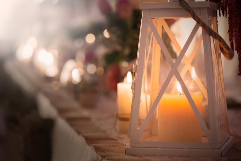 Lanterne con candele all'interno della chiesa