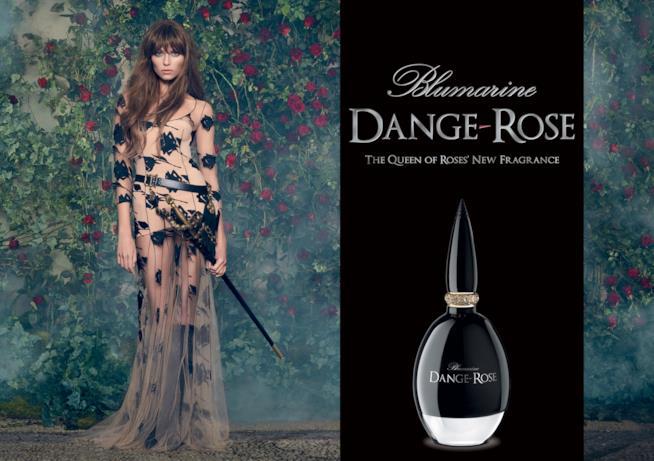 La modella di Dangerose con la spada di Lady Oscar