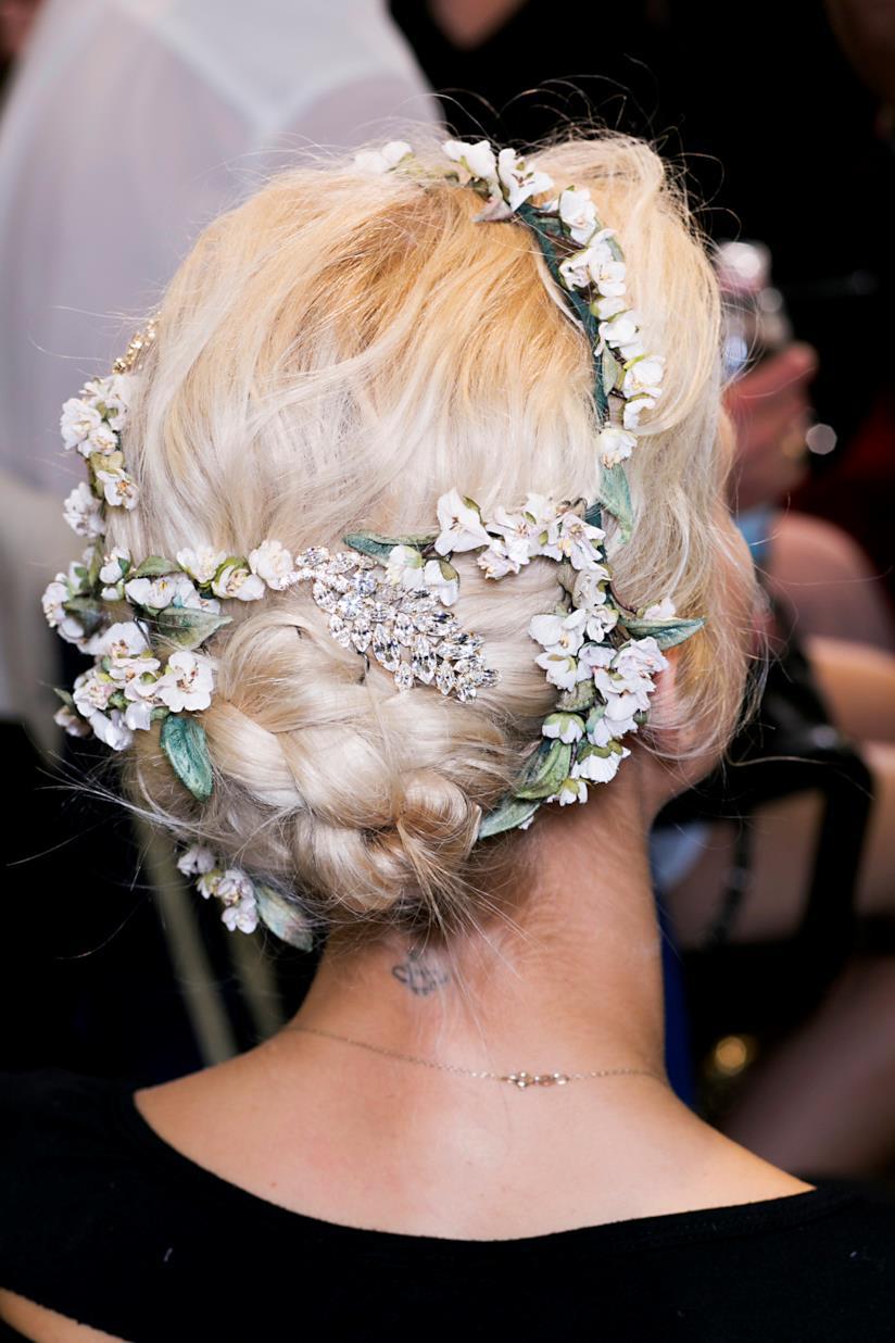 I fiori sui capelli raccolti