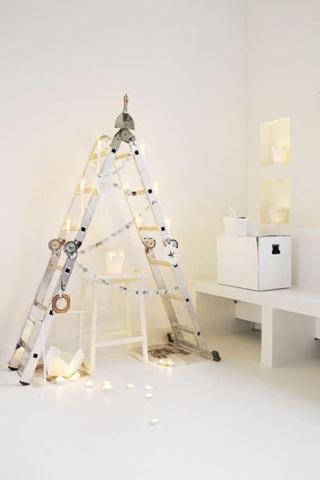 Scala decorata come un albero di Natale