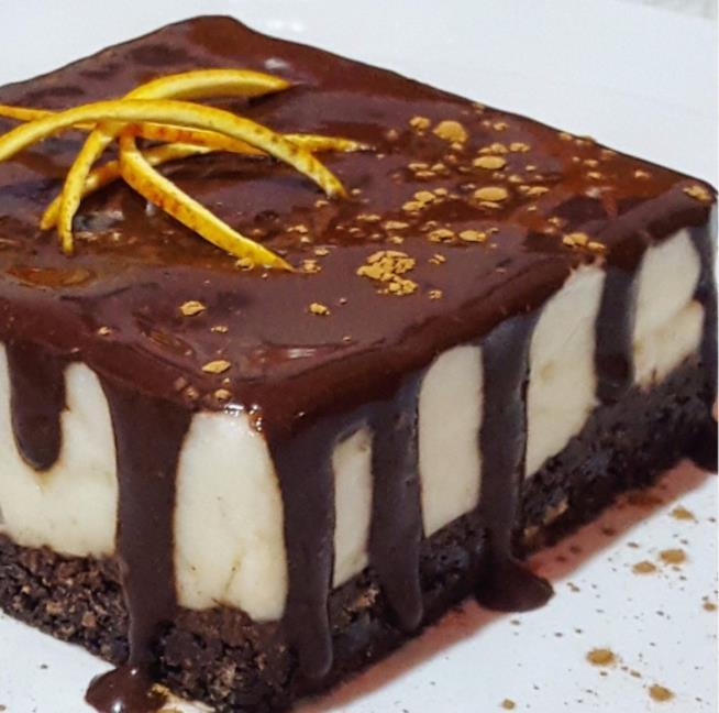 Tortino a due strati con cioccolato sopra