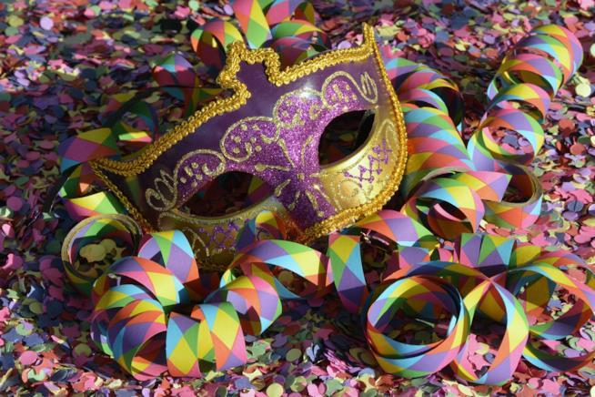 Maschera di carnevale con le stelle filanti