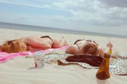 Due ragazze che prendono il sole.