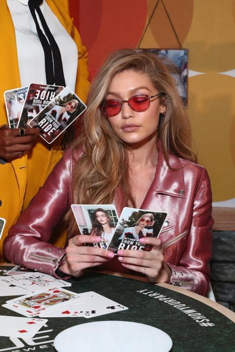 Gigi Hadid  con le carte che la raffigurano