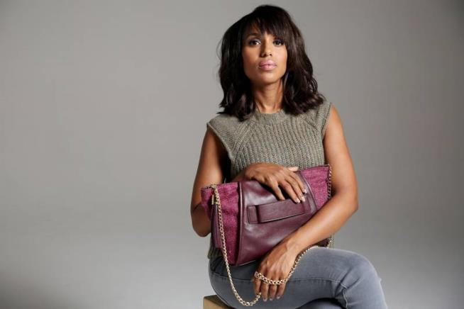 L'attrice indossa la borsa viola