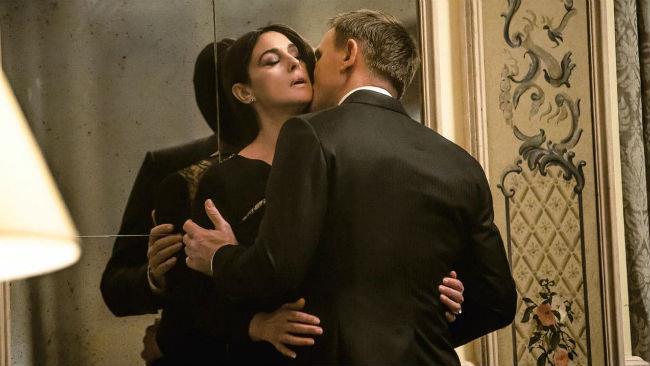 Monica Bellucci in una scena del film Spectre con Daniel Craig